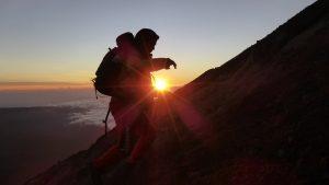 Ein Bergsteiger im Sonnenuntergang